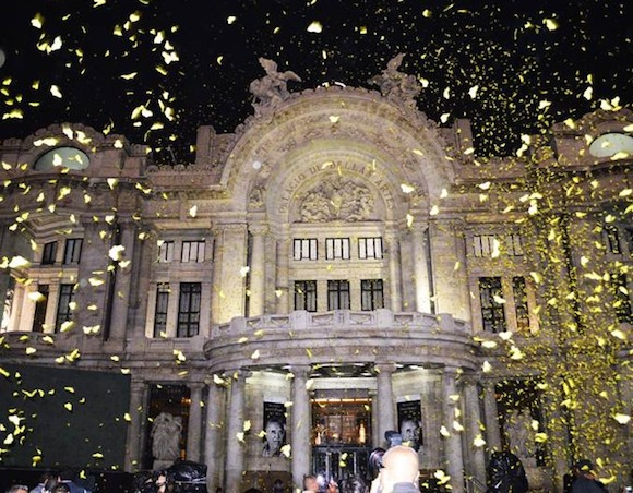 Miles de mariposas invadieron la explanada del recinto cultural y tiñeron de color amarillo la despedida del Premio Nobel de Literatura. Foto: Fernando Rubio/ El Universal