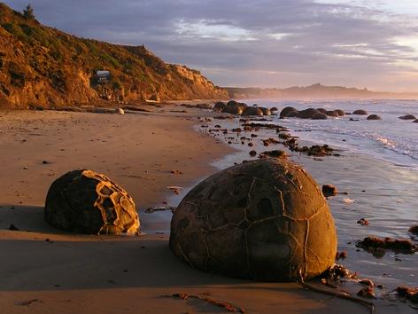 Rocas esféricas que se formaron hace millones de años llenan la playa de Koekohe, en la Isla Sur de Nueva Zelanda. © wikipedia