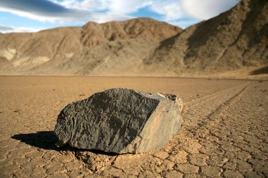 Piedras ordinarias parecen 'navegar' en la tierra seca, dejando un rastro en el Parque Nacional de Death Valley, en California, Estados Unidos. © wikipedia / Scott Beckner