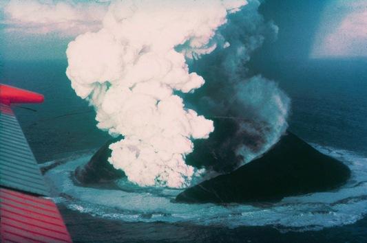 Antes de 1963, la isla de Surtsey en Islandia no existía. Entonces, un volcán submarino en las islas Westman hizo erupción. © wikipedia