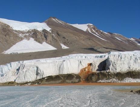Las Cataratas de Sangre manchan la parte blanca del Glaciar Taylor en la Antártida. © flickr / Mike Martoccia