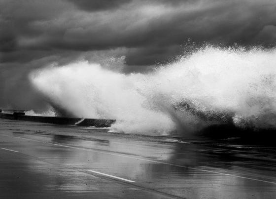 """Foto: Ángel Vázquez Rivero / Quinqué. De la serie """"Malecón VS frente frío""""."""