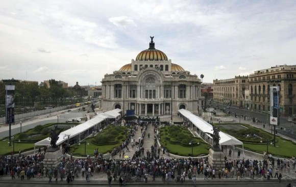 Miles de seguidores del Gabo hacen fila para ingresar al Palacio de Bellas Artes para despedirlo. Foto: Alfredo Estrella /AFP.