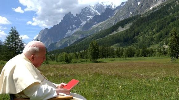 Juan Pablo II descansa durante sus vacaciones de verano en el Valle de Aosta, en el norte de Italia (2004). Foto: REUTERS Osservatore Romano
