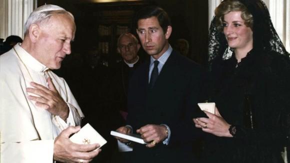 25 de abril de 1985. La princesa Diana y el príncipe Carlos mantienen una conversación con el papa en el Vaticano. Foto: REUTERS