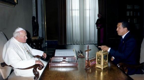 El presidente venezolano Hugo Chávez reunido con el papa Juan Pablo II en 1999. Foto: REUTERS