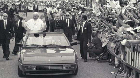 Desde un Ferrari Mondial Cabrio saluda a la multitud (1988). Foto: REUTERS