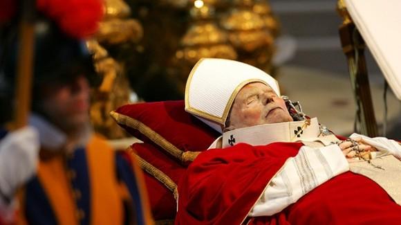 El cuerpo de Juan Pablo II en la Basílica de San Pedro el 6 de abril de 2005. Foto: REUTERS Kimimasa Mayama MAL/NL.