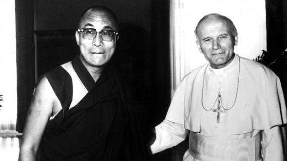 Posando junto al Dalái Lama durante un encuentro en el Vaticano el 28 de septiembre de 1982. Foto: REUTERS