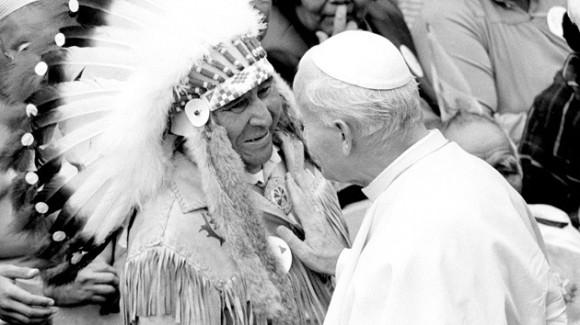 El papa Juan Pablo II apoya la mano sobre un indio nativo durante su visita a Canadá, el 10 de septiembre de 1984. Foto: REUTERS Andy Clark/FILE AC/GN