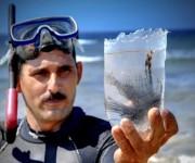 Ángel Rivas Cobas (Negro), muestra un ejemplar de pez león (Pterois volitans), que se reproduce y ya vive en colonias, en el municipio costero de Gibara, provincia Holguín, Cuba, el 24 de abril de 2014.   AIN  FOTO/Juan Pablo CARRERAS/rrcc