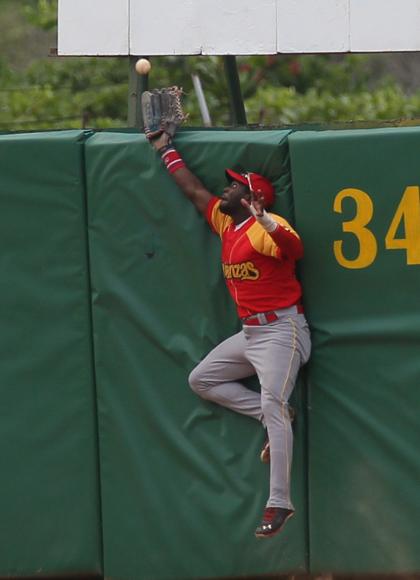 Heredia le atrapo una bola a Santos del otro lado de las cercas. Foto: Ismael Francisco/Cubadebate.