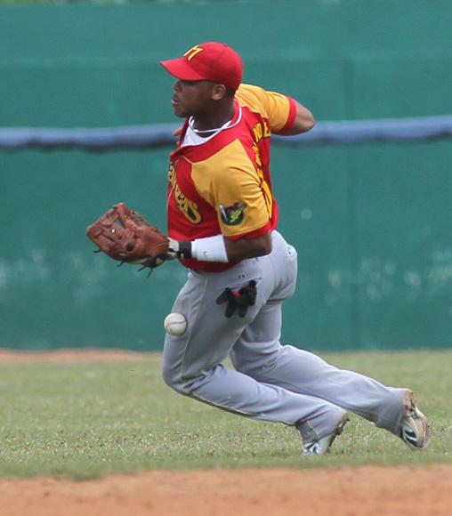 Jose Miguel comete error en flay detras de segunda. Foto: Ismael Francisco/Cubadebate