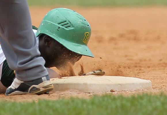 Comió tierra regresando a primera.  Foto: Ismael Francisco/Cubadebate.
