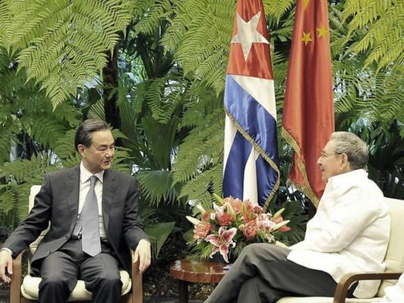 Raúl Castro y el Canciller chino Wang Yi