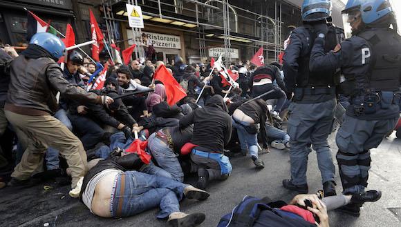 En la capital italiana han sido detenidos al menos 80 personas que participaban en las protestas contra las medidas de austeridad del Gobierno y contra la instalación en Sicilia de una parte de sistema de comunicaciones de seguimiento naval de EE.UU. Foto: Gregorio Borgia/ AP.