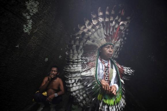 La densa jungla del estado de Acre, en Brasil, es el hogar de varios grupos indígenas, desde los Huni Kui (en la imagen) a los Ashaninka y los Madija. La supervivencia es precaria en plena naturaleza, aislados de lejos de cualquier instalación médica permanente. Ahora los Ashanika y los Madija ahora se enfrentan a más presión a medida que otros indios traspasan cada vez más su territorio.