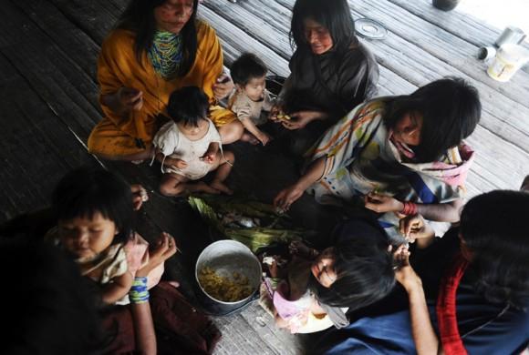 Ashaninkas comen en su casa en la aldea de Kokasul.