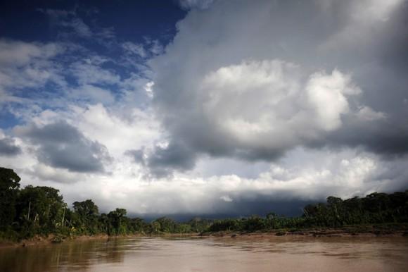 Una vista del río Envira en territorio Huni Kui en el estado de Acre, noroeste de Brasil