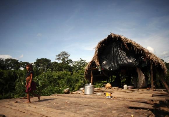 Un niño de la tribu Madija sale de su choza, que es un objetivo frecuente de los indios invasores.