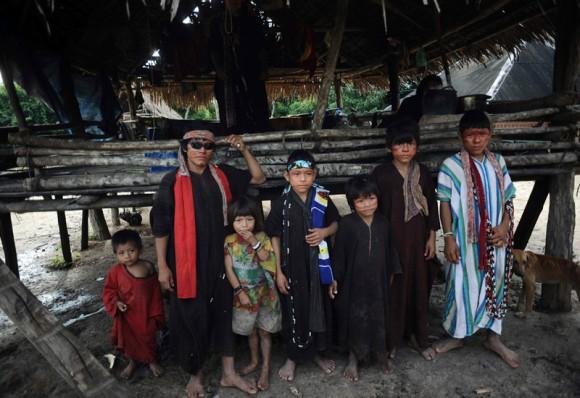 """Miembros de los Ashaninka posan para un fotógrafo en su villa, Simpatía, junto al río Envira, en el estado de Acre, al noroeste de Brasil. Los indios sin contacto con la civilización, conocidos como """"Bravos"""", han sufrido presiones por parte de taladores ilegales en la frontera de Perú, según miembros de la tribu Ashaninka."""