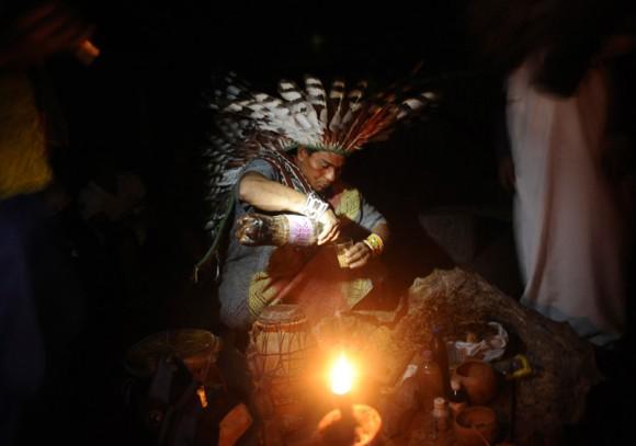 """Un Huni Kui prepara una bebida conocida como """"nixi pae"""" o """"ayahuasca"""" para un ritual de sanación."""