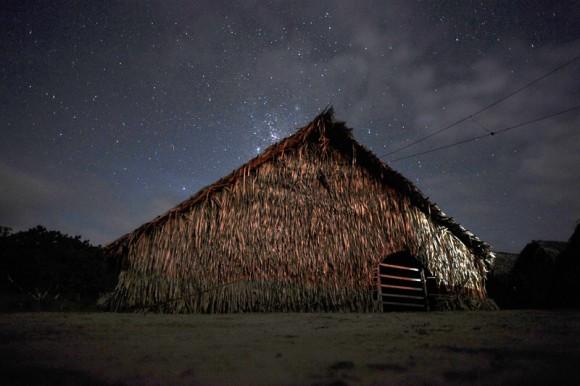 Las estrellas brillan sobre una shubua, una casa de rezos, en la aldea Huni Kui de Txanava.