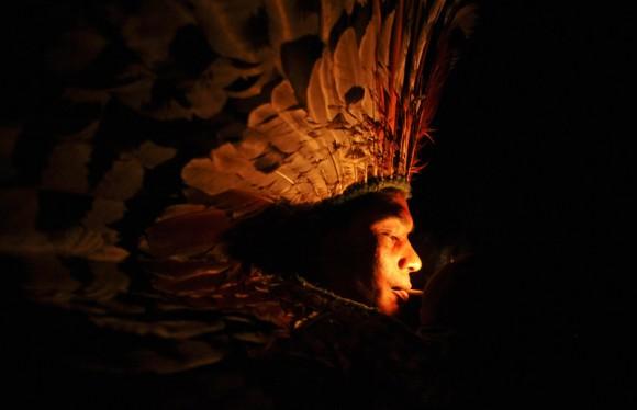 Un Huni Kui fuma hierbas en un ritual en la aldea de Novo Sergredo.