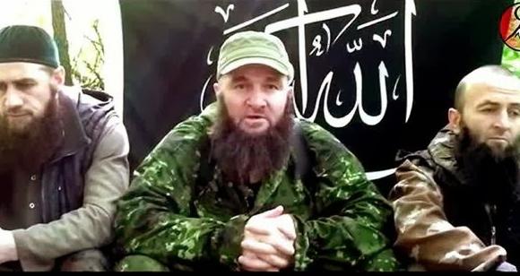 Doku Umarov (al centro), el terrorista número uno en Rusia.