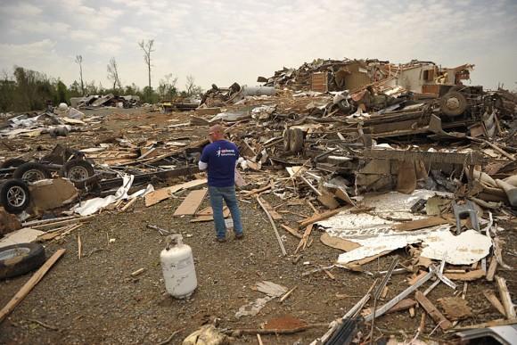 Unos hombres recuperan pertenencias en medio de los escombros en Mayflower R.V. Park tras el paso de un tornado que azotÛ este, 27 de abril, en Mayflower, Arkansas (EEUU). El centro y sur de Estados Unidos se vio azotado en las últimas horas por una devastadora oleada de tornados que causÛ al menos 18 muertos, mientras los equipos de rescate buscan sobrevivientes entre los escombros que dejÛ a su paso.EFE/BRANDON DILL