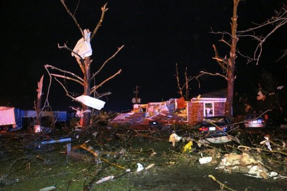 """FotografÌa del 27 de abril cedida por el diario local """"Log Cabin Democrat"""" hoy, lunes 28 de abril de 2014, que muestra los efectos de un tornado que azotÛ Mayflower, Arkansas, EE.UU. Al menos doce personas han muerto y numerosas han resultado heridas a causa de los tornados que han sacudido en las ˙ltimas horas varios estados del centro y el sur de EEUU, informaron hoy los medios. EFE/Courtney Spradlin/"""