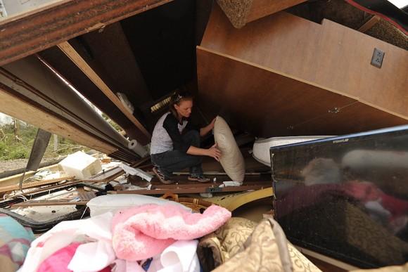 Una mujer busca pertenencias en medio de los escombros en Mayflower R.V. Park tras el paso de un tornado que azotÛ este, 27 de abril, en Mayflower, Arkansas (EEUU). El centro y sur de Estados Unidos se vio azotado en las ˙ltimas horas por una devastadora oleada de tornados que causó al menos 18 muertos, mientras los equipos de rescate buscan sobrevivientes entre los escombros que dejÛ a su paso.EFE/BRANDON DILL