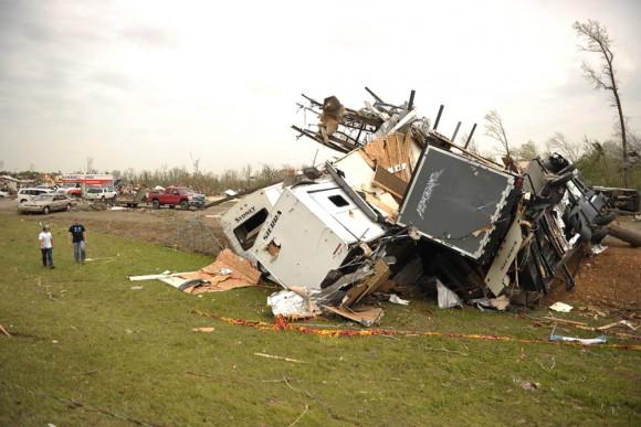 Vista de varios escombros hoy, 28 de abril de 2014, en Mayflower R.V. Park tras el paso de un tornado que azotÛ este, 27 de abril, en Mayflower, Arkansas (EEUU). El centro y sur de Estados Unidos se vio azotado en las ˙ltimas horas por una devastadora oleada de tornados que causÛ al menos 18 muertos, mientras los equipos de rescate buscan sobrevivientes entre los escombros que dejÛ a su paso.EFE/BRANDON DILL