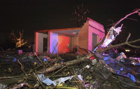 """FotografÌa del 27 de abril cedida por el diario local """"Log Cabin Democrat"""" hoy, lunes 28 de abril de 2014, que muestra los efectos de un tornado que azotÛ Mayflower, Arkansas, EE.UU. Al menos doce personas han muerto y numerosas han resultado heridas a causa de los tornados que han sacudido en las ˙ltimas horas varios estados del centro y el sur de EEUU, informaron hoy los medios. EFE/Courtney Spradlin"""