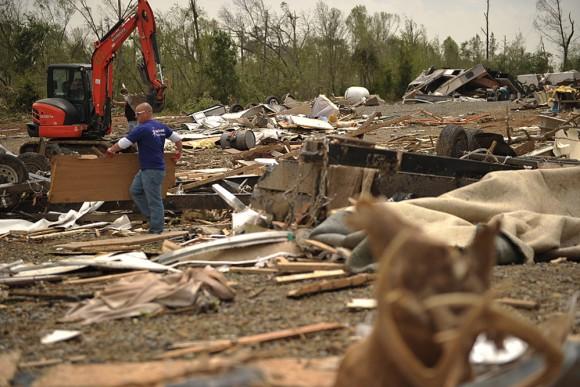 Unos hombres recuperan pertenencias en medio de los escombros en Mayflower R.V. Park tras el paso de un tornado que azotÛ este, 27 de abril, en Mayflower, Arkansas (EEUU). El centro y sur de Estados Unidos se vio azotado en las ˙ltimas horas por una devastadora oleada de tornados que causÛ al menos 18 muertos, mientras los equipos de rescate buscan sobrevivientes entre los escombros que dejÛ a su paso.EFE/BRANDON DILL