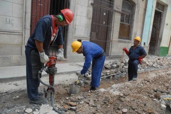Trabajadores de Cuba Petróleos realizan excavaciones en una calle de la Habana Vieja, el 22 de abril de 2014, para mejorar la red de gas manufacturado.  AIN FOTO/Armando Ernesto CONTRERAS TAMAYO/