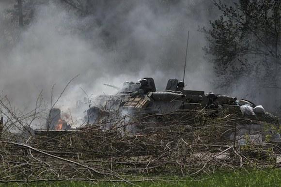 Soldados ucranios toman puestos bloqueados por separatistas prorrusos en la ciudad de Slovyansk. Foto: Xinhua