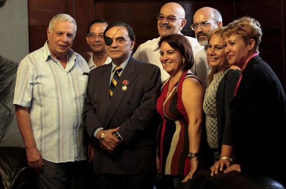 Recibe Walter Martínez distinción Félix Elmuza. Foto: Ladyrene Pérez/Cubadebate.
