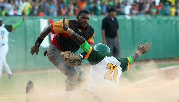 Savedra anota el empate para pinar en el noveno. Foto: Ismael Francisco/Cubadebate.