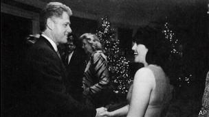 """Clinton admitió en 1998 que había tenido una """"relación física impropia"""" con Lewinsky."""