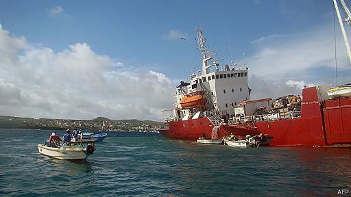 La emergencia se declara pese a que ya fue superado el riesgo principal, tras haberse extraído los 60.000 litros combustible del barco. Foto: AFP