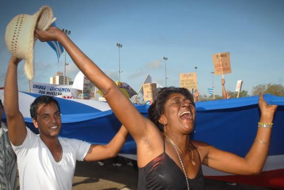 Jóvenes participantes en el desfile por el Día Internacional de los Trabajadores, celebrado en la Plaza de la Revolución Mayor General Calixto García, de la ciudad de Holguín, Cuba, el 1ro. de mayo de 2014. AIN FOTO/Juan Pablo CARRERAS