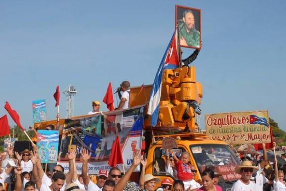 Trabajadores de la Unión Eléctrica Nacional (UNE), desfilan en las celebraciones por Día Internacional de los Trabajadores, en la Plaza de la Patria de la ciudad de Bayamo, Granma, el 1ro. de Mayo de 2014.    AIN FOTO/Armando Ernesto CONTRERAS TAMAYO/
