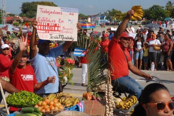Trabajadores no estatales desfilan junto a sus carretillas con productos agrícolas, en las celebraciones por Día Internacional de los Trabajadores, en la Plaza de la Patria de la ciudad de Bayamo, Granma, el 1ro. de Mayo de 2014.    AIN FOTO/Armando Ernesto CONTRERAS TAMAYO