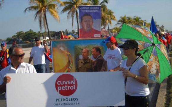 Trabajadores de la Refinería Camilo Cienfuegos, participan en el desfile en saludo al Día Internacional de los Trabajadores, en la ciudad de Cienfuegos, Cuba, el 1ro de mayo de 2014.   AIN  FOTO/Modesto GUTIÉRREZ CABO