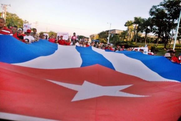 Pueblo tunero durante el desfile por el Primero de Mayo, Día del Proletariado Mundial, en la Plaza de la Revolución Vicente García, en Las Tunas, Cuba, el 1ro. de mayo de 2014. AIN FOTO/Yaciel PEÑA DE LA PEÑA