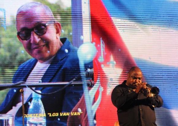 El músico cubano Alexander Abreu, durante el homenaje ofrecido a Juan Formell, fundador de los Van Van y Premio Nacional de Música, en la Tribuna Antiimperialista José Martí, en La Habana, Cuba, el 3 de mayo de 2014.  AIN FOTO/Omara GARCÍA MEDEROS