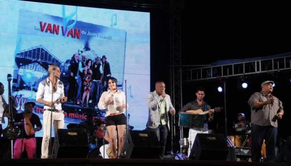 Elito Revé (C) y su Charangón, durante el homenaje ofrecido a Juan Formell, fundador de los Van Van y Premio Nacional de Música, en la Tribuna Antiimperialista José Martí, en La Habana, Cuba, el 3 de mayo de 2014.    AIN FOTO/Omara GARCÍA MEDEROS