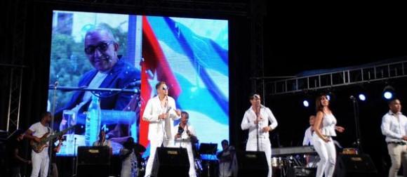 El cantante cubano Paulo FG y su grupo, durante el homenaje ofrecido a Juan Formell, fundador de los Van Van y Premio Nacional de Música, en la Tribuna Antiimperialista José Martí, en La Habana, Cuba, el 3 de mayo de 2014.    AIN FOTO/Omara GARCÍA MEDEROS