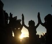 """Espectáculo """"Los chicos del oro negro"""", del grupo Ojos, de Santiago de Cuba, presentado al público dentro de las festividades de las Romerías de Mayo, en el Parque Calixto García, de la ciudad de Holguín, Cuba, el 6 de mayo de 2014. Foto: Juan Pablo Carreras/AIN"""